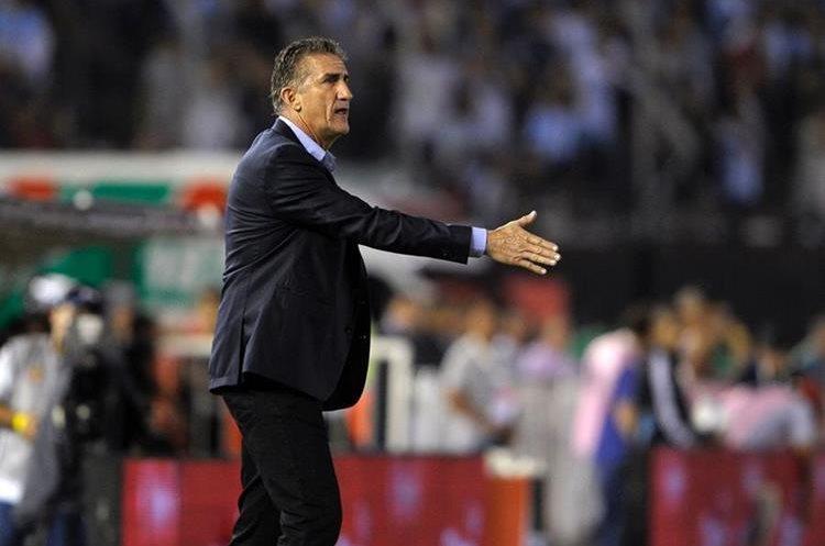 El técnico de Argentina Edgardo Bauza da instrucciones a sus jugadores.