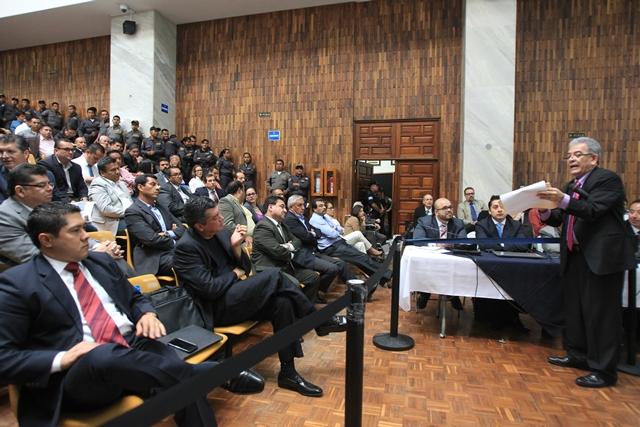 Juez Miguel Ángel Gálvez muestra las listas que contienen la descripción de los contratos y los porcentajes de las coimas que fueron distribuidas entre los implicados en el caso. (Foto Prensa Libre: Esbin García)