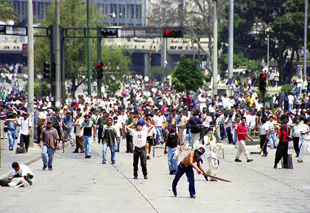 Miles de manifestantes causaron daños a la propiedad pública y privada durante los días de protesta. (Foto: Hemeroteca PL)