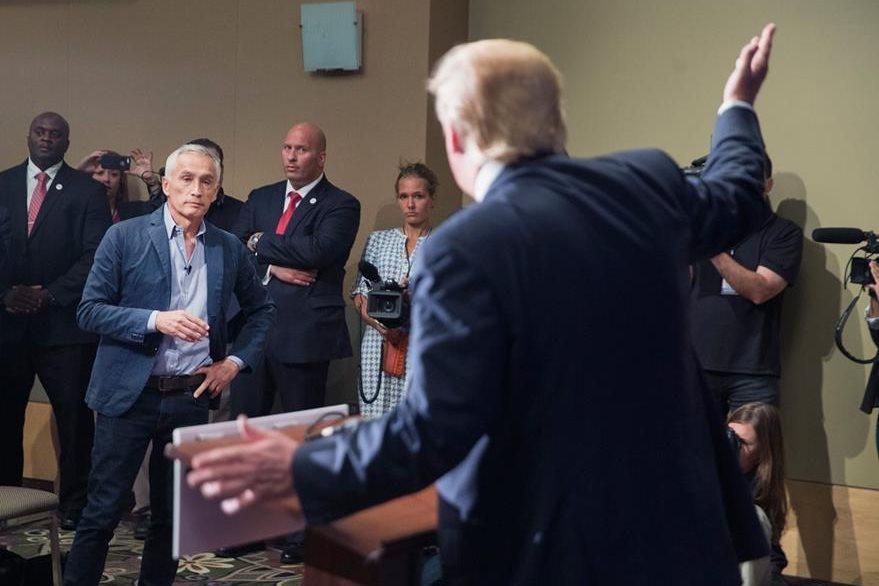 """Uno de los momentos en que el periodista hispano Jorge Ramos increpa a Trump acerca de su política """"antiinmigrantes"""". (Foto Prensa Libre: AFP)."""