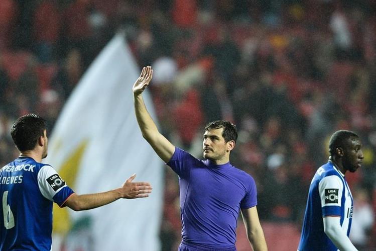 Iker Casillas se lució en el encuentro de su equipo Oporto contra Benfica. (Foto Prensa Libre: AFP).