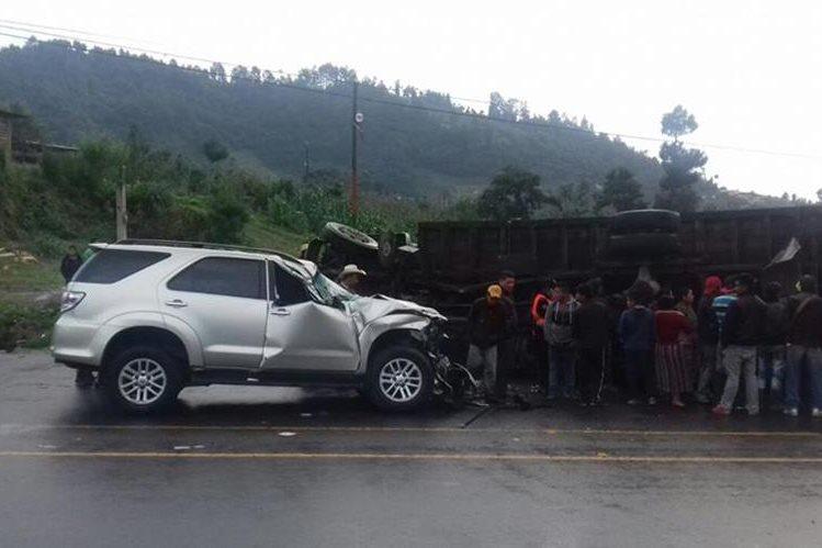 La camioneta tipo agrícola donde viajaba el diputado chocó contra un camión en el lugar conocido como La Cuchilla, Sololá. (Foto Prensa Libre: Ángel Julajuj)