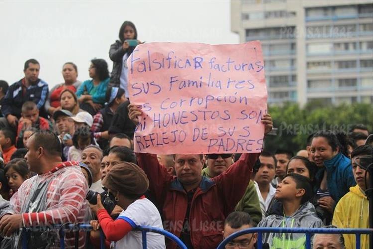 Oswaldo Morales mostró su inconformidad contra el presidente Jimmy Morales debido a la posible implicación de sus familiares en un caso de corrupción. (Foto Prensa Libre: Esbin García)