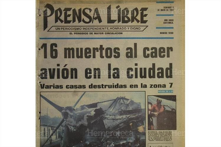 Portada del 6/05/1990 restos del avión DC-6, de la empresa Aerial Transit Company, incrustado y ardiendo todavía, en una casa de la la coloinia Monserrat. (Foto: Hemeroteca PL)