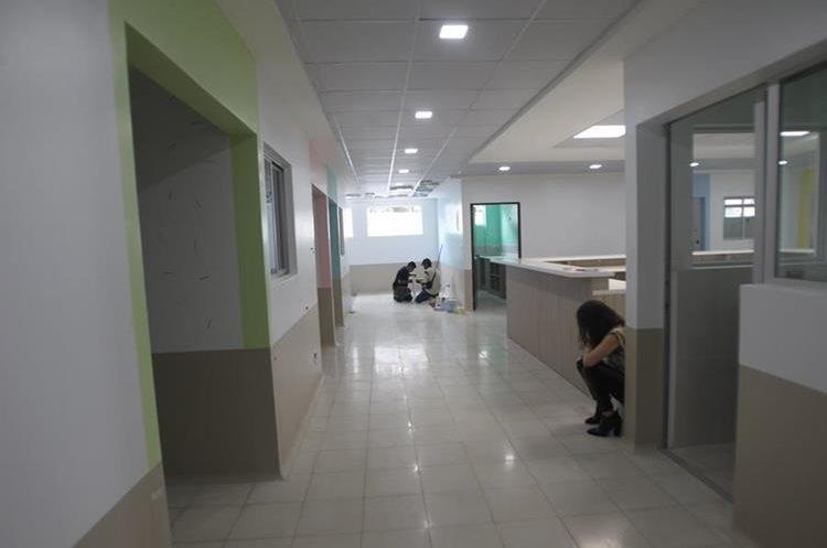 Pasillo principal de las nuevas instalaciones, a la izquierda conecta con las instalaciones actuales de la unidad. (Foto Prensa Libre: Erick Ávila)