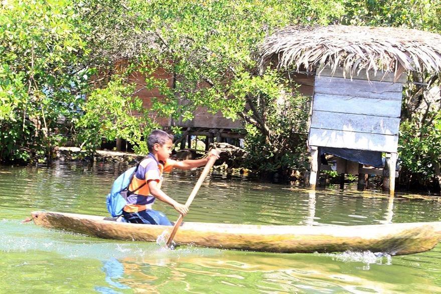 Carlos Salazar  cruza el río Sarstún, en Lívingston, Izabal, para llegar a la escuela en la que estudia primaria. (Foto Prensa Libre: Dony Stewart)