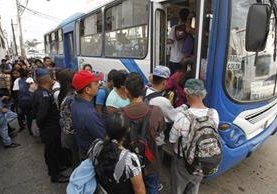 La falta de unidades es una de las principales quejas de los usuarios. (Foto Prensa Libre: Paulo Raquec)