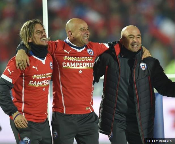 Jorge Sampaoli (der.) celebra el título de la Copa América de 2015 con la selección chilena.