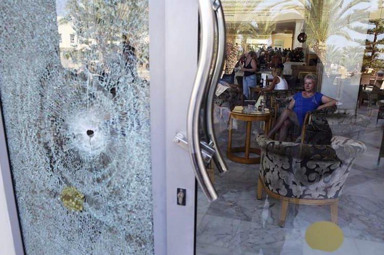 Vista de los daños causados en el hotel mallorquín Imperial Marhaba de la cadena española Riu tras el ataque terrorista en Susa, Túnez. (Foto Prensa Libre: EFE).