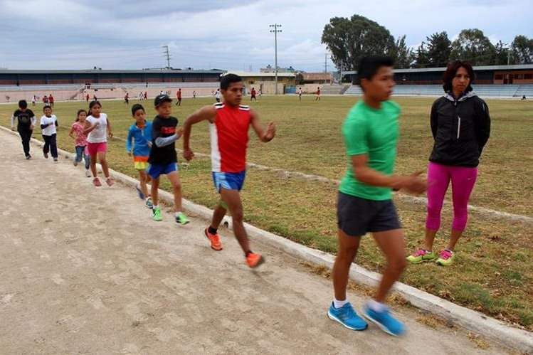 Teresita Collado supervisa de cerca el entrenamiento de sus alumnos. (Foto Prensa Libre: Oscar Figueroa)