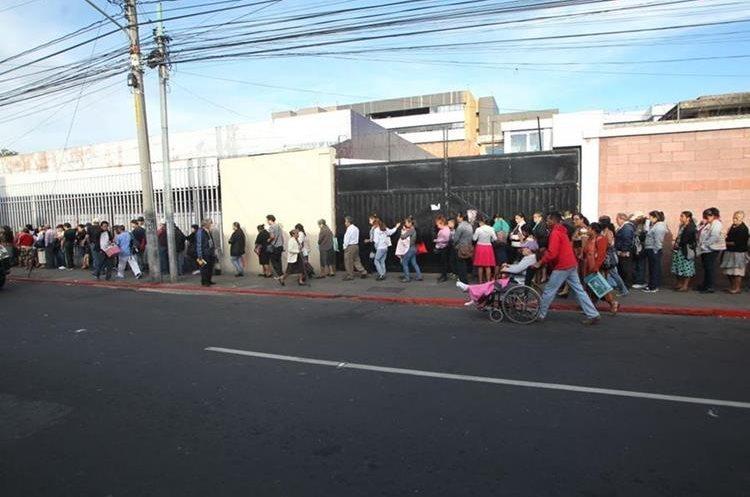 Decenas de usuarios hacen cola para recibir atención en la Consulta Externa del Hospital General San Juan de Dios en la capital. (Foto Prensa Libre: Érick Ávila).