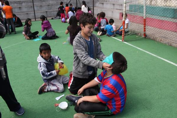 <p>Los niños vivieron un momento de felicidad para olvidar la situación difícil que afrontan. (Foto Prensa Libre: Aroldo Marroquín)<br></p>