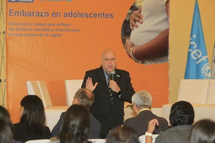 Juan Quiñones de Unicef presentó su informe sobre embarazo en adolescentes. (Foto Prensa Libre: Edwin Bercián)