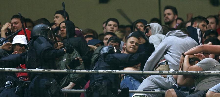 La policía tuvo que ingresar a la tribuna del Santiago Bernabéu por los distrubios de los aficionados alemanes. (Foto Prensa Libre: AP)