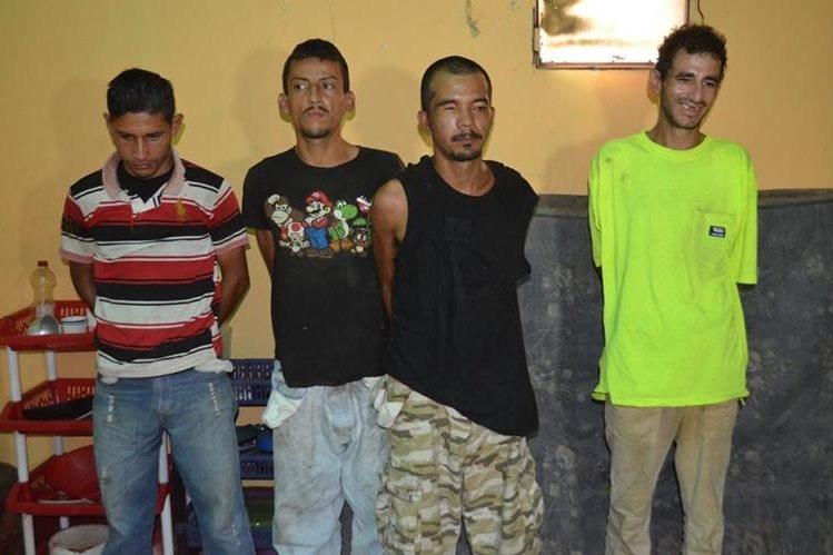 Agentes custodian a señalados de vender droga al menudeo, en Champerico, Retalhuleu. (Foto Prensa Libre: Jorge Tizol)