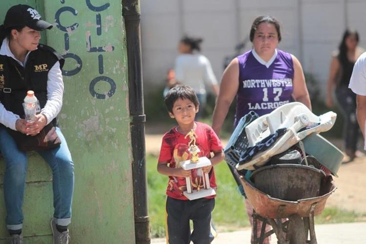 Familia es evacuada de uno de varios asentamientos de la periferia de Ciudad de Guatemala. (Foto: Hemeroteca PL)