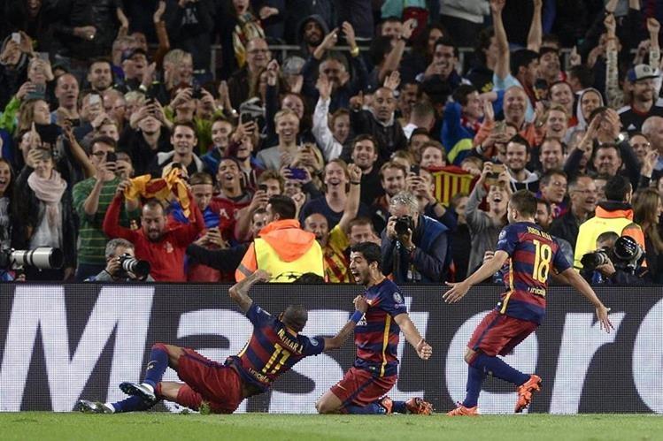El delantero uruguayo Luis Suárez (al centro) celebra el gol de la victoria del Barcelona. (Foto Prensa Libre: AFP)