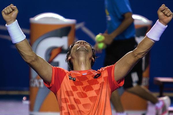 El tenista español David Ferrer festejó de esta manera el triunfo y el título. (Foto Prensa Libre: AP).