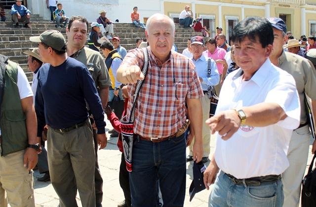 Aldo García (izq) ministro de Comunicaciones y Delfino Natareno, presidente de la Gremial de Transportistas de Quiché (GTQ). (Foto Prensa Libre: Oscar Figueroa)