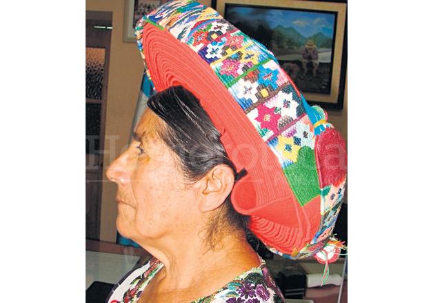 Chonita aparece con el característico tocado llamado Tocoyal, en 2009. (Foto: Hemeroteca PL)