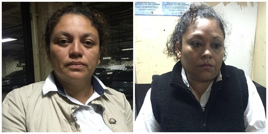 Dos trabajadoras del Renap fueron detenidas sindicadas de alteración del estado civil. (Foto Prensa Libre: PNC)