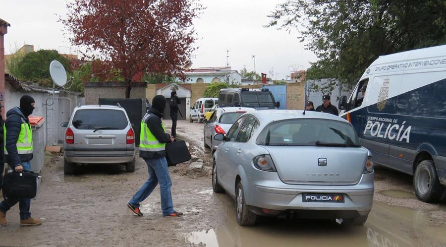 La Policía durante los operativos que llevaron a la captura de los yihadistas. (Foto Prensa Libre: EFE).