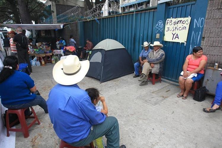 Vecinos de San José del Golfo y San Pedro Ayampuc protestan frente al MEM contra el proyecto minero en el área. (Foto Prensa Libre: Hemeroteca PL)