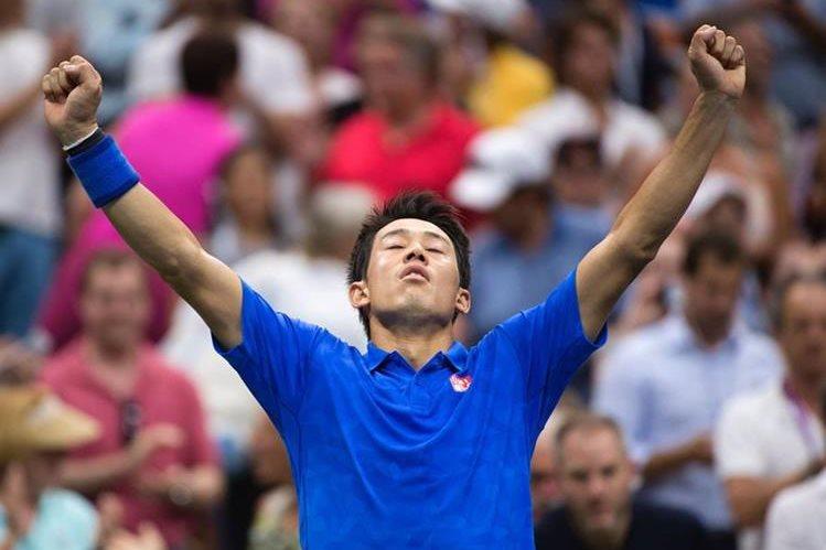 Nishikori alza los brazos y celebra el pase a la semifinal. (Foto Prensa Libre: AFP)