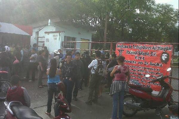 <p>Pacientes no fueron atendidos por médicos debido a que sindicalistas tomaron el Hospital de Salamá. (Foto Prensa Libre: Carlos Grave)<br></p>