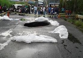Un agujero se formó ayer en la madrugada, en el km 166 de la ruta al Suroccidente, entre Mazatenango y Cuyotenango, debido a las constantes lluvias, las cuales, además, han provocado inundaciones y deslizamientos en otros departamentos. (Foto Prensa Libre: Cristian Soto)