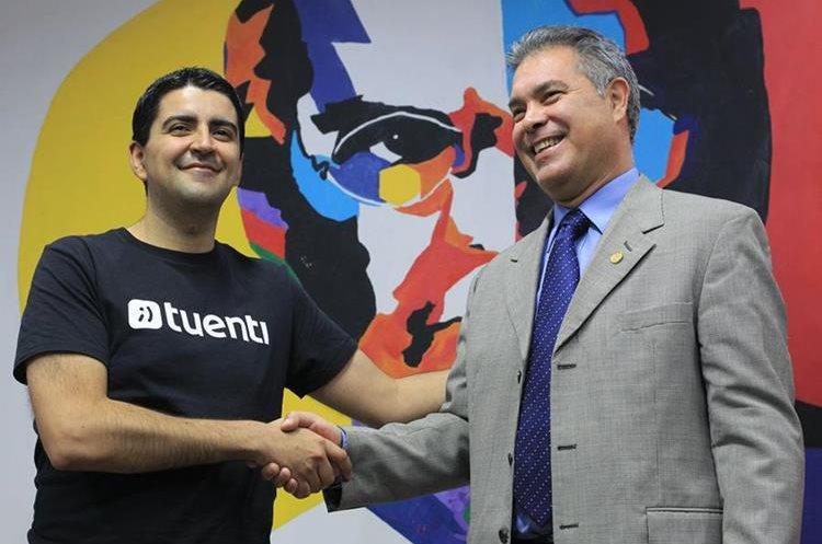 Jorge Dighero, director ejecutivo de Tuenti y Raúl Solares de la Sit, estrechan la mano luego de la conferencia de prensa. (Foto Prensa Libre: Esbin García)
