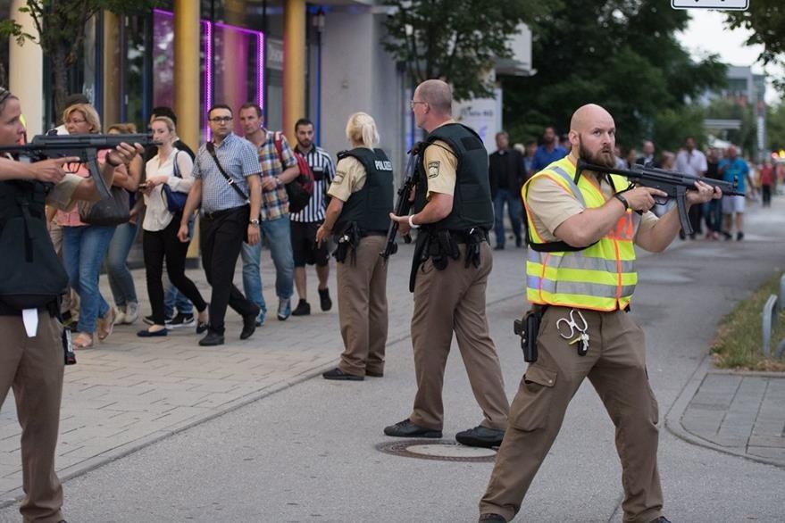 Policías vigilan la evacuación de personas. (Foto Prensa Libre: AP).
