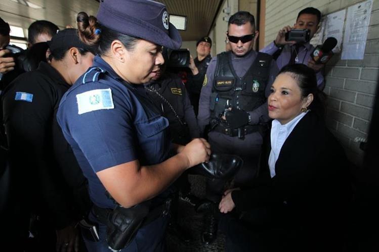 Roxana Baldetti se negaba a ingresar engrilletada a la Torre de Tribunales. (Foto Prensa Libre: Érick Ávila)