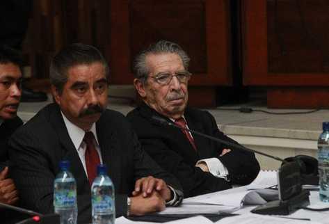 Ríos Montt —derecha— y  su abogado escuchan los testimonios de víctimas del conflicto armado, durante la cuarta audiencia del juicio por genocidio.