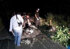 La motocicleta donde viajaban los dos hombres quedó completamente destruida. (Foto Prensa Libre: Dony Stewart)