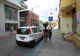 Peatones y personas en situación de calle suelen ensuciar las aceras y los postes del tendido eléctrico en la zona 1. (Foto Prensa Libre: Álvaro Interiano).