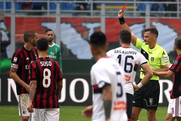 El árbitro Piero Giacomelli muestra la tarjeta roja a Leonardo Bonucci durante el juego entre el AC Milan y el Génova. (Foto Prensa Libre: EFE)