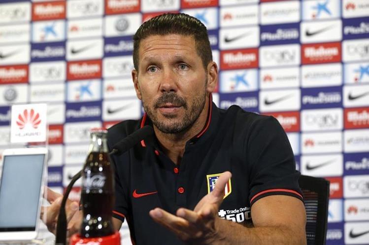 El entrenador del Atlético de Madrid, el argentino Diego Simeone, durante la conferencia de prensa. (Foto Prensa Libre: EFE)