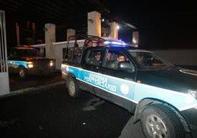 Vehículos del Sistema Penitenciario forman parte del grupo que acompañó el traslado de Roxana Baldetti a Santa Teresa. (Foto Prensa Libre: Álvaro Interiano)