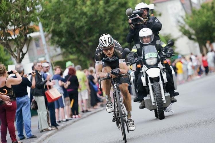 Tony Martin recorre solo los últimos kilométros de la cuarta etapa del Tour de Francia. (Foto Prensa Libre: AP)