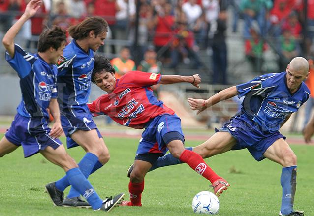 MORALES, Schmith y Macaluso muestran su efectividad al marcar a Freddy García. (Foto: Hemeroteca PL)