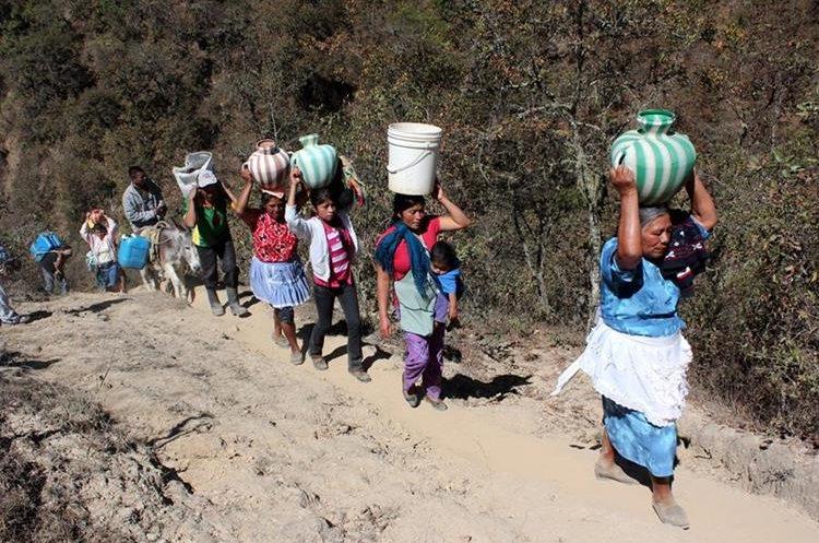 Mujeres de la comunidad Suculque, Huehuetenango, caminan  dos kilómetros  para abastecerse de agua en un riachuelo. (Foto Prensa Libre: Mike Castillo)