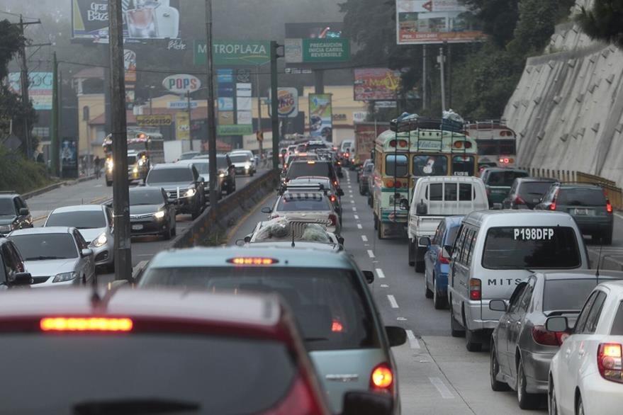 El accidente complicó la circulación vehícular desde el trébol de Vista Hermosa, zona 15. (Foto Prensa Libre: É. Ávila)