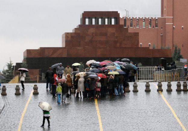 Turistas esperan fuera del mausoleo de Lenin. GETTY IMAGES
