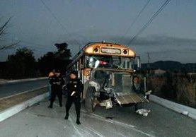 Un autobús chocó contra un poste en Sanarate, El Progreso, y resultó una persona herida y unas 30 con crisis nerviosa.  (Foto Prensa Libre: Hugo Oliva)