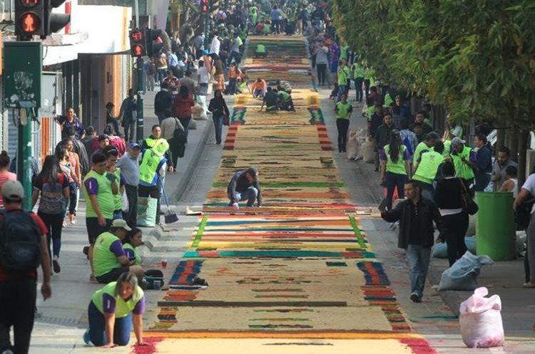 Guatemaltecos elaboran la alfombra de aserr n m s larga - Mundo alfombra ...