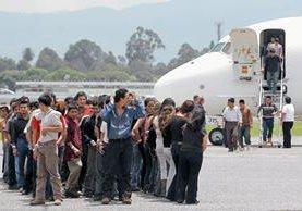 Migrantes guatemaltecos bajar un avión de la Fuerza Aérea Guatemalteca después de haber sido deportados de EE.UU. (Foto Prensa Libre;AFP)