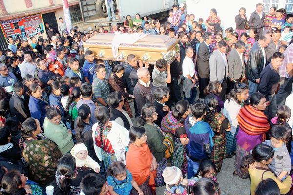 Vecinos de  Santa Cruz Balanyá, Chimaltenango, acompañan a familiares del exalcalde Raimundo Juárez, en su cortejo fúnebre. (Foto Prensa Libre: José Rosales)