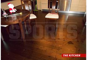 Esta es la cocina del apartamento de Marco Pappa, cuando vivía en Seattle. El piso está manchado de sangre. (Foto Prensa Libre: TMZ)
