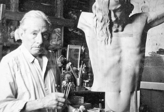 Don Huberto Solís Soberanis talla la réplica del Cristo de Velásquez. (Foto: Hemeroteca PL)